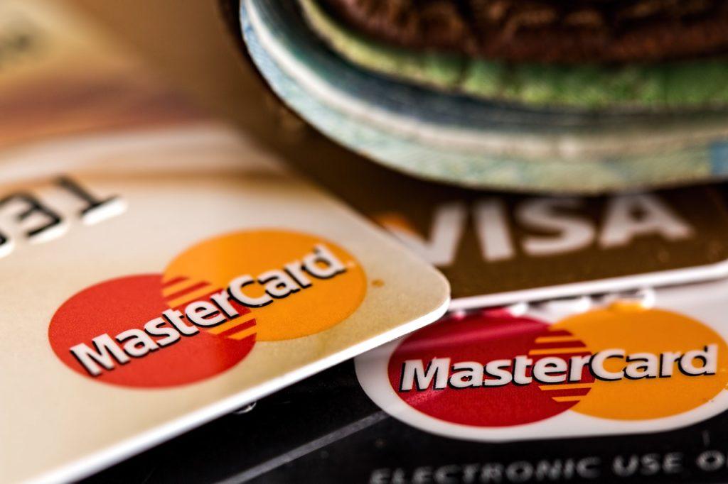 Kreditkarten auf einem Tisch