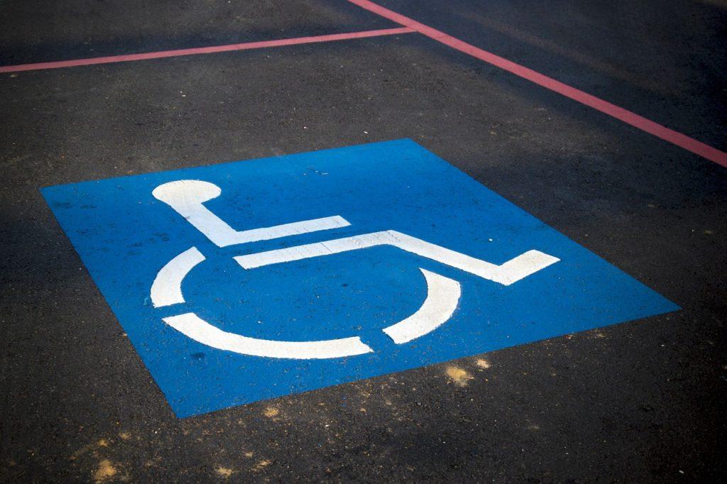 Bild eines Rollstuhl-Schildes auf dem Boden