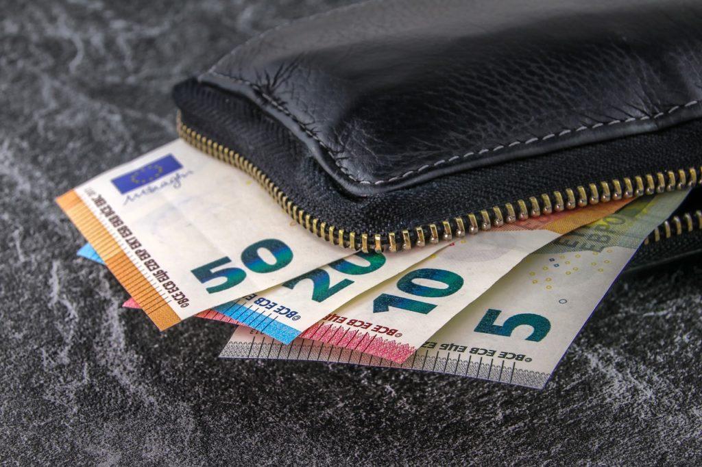 Bild einer Brieftasche voller Geld