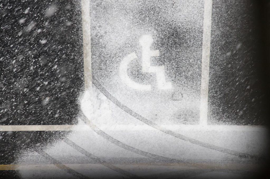 Bild von Rollstuhlrädern auf Schnee