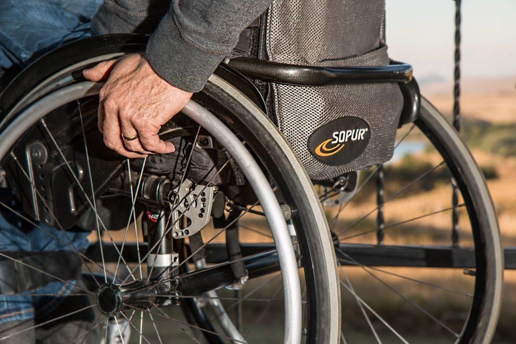 Nahaufnahme eines Mannes im Rollstuhl